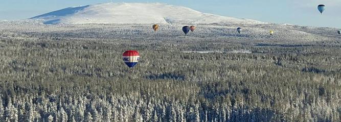 Photo du rassemblement de montgolfières au nord du cercle polaire