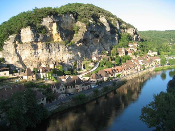 Promenade au bord de la rivière en Périgord
