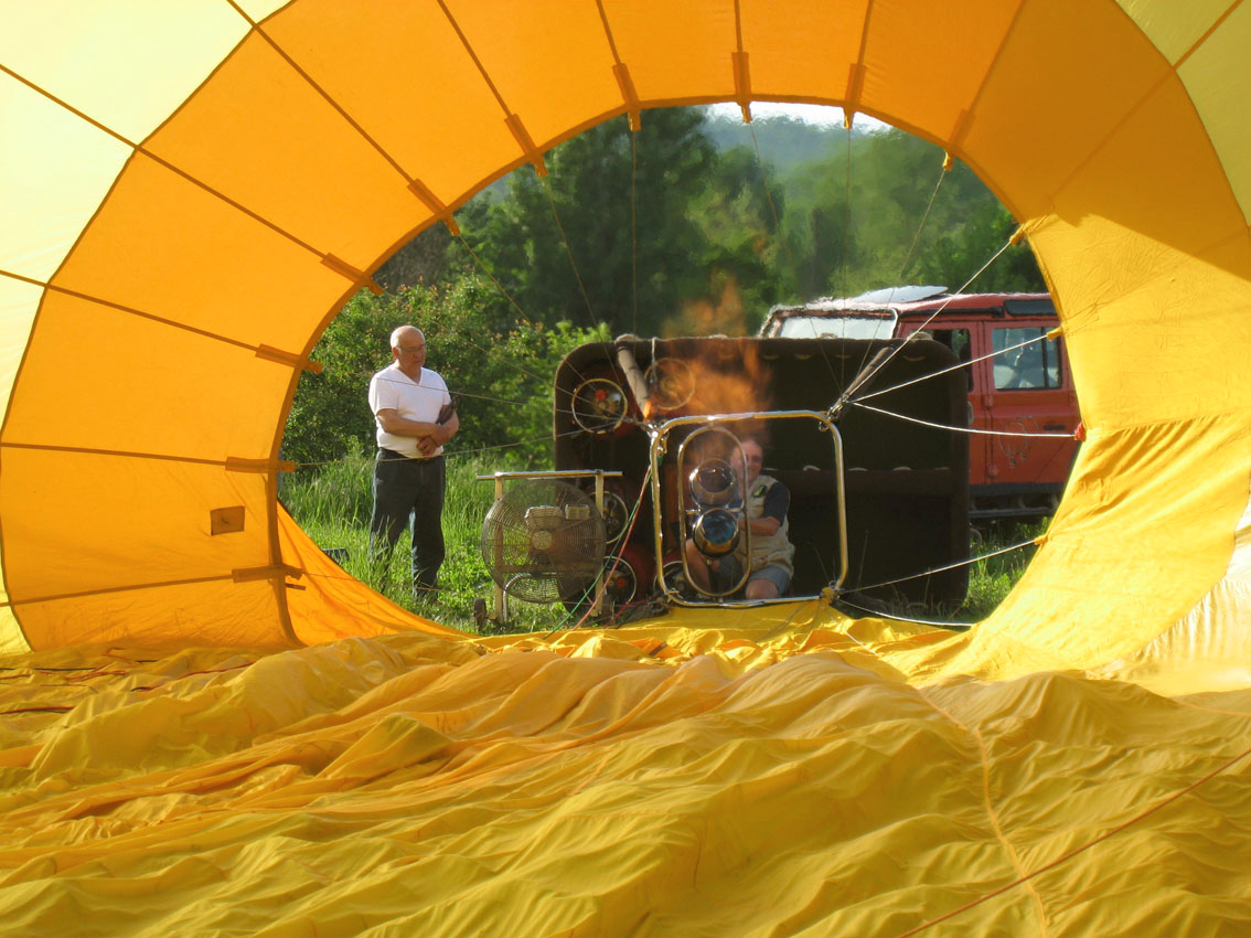 Gonflage de la montgolfière jaune