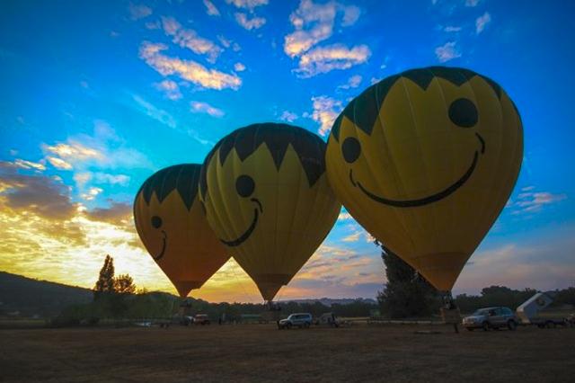 Préparation des montgolfières avant le vol