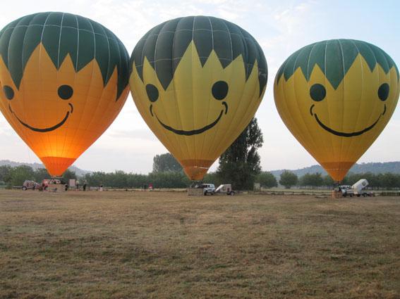 Préparation des montgolfières au sol