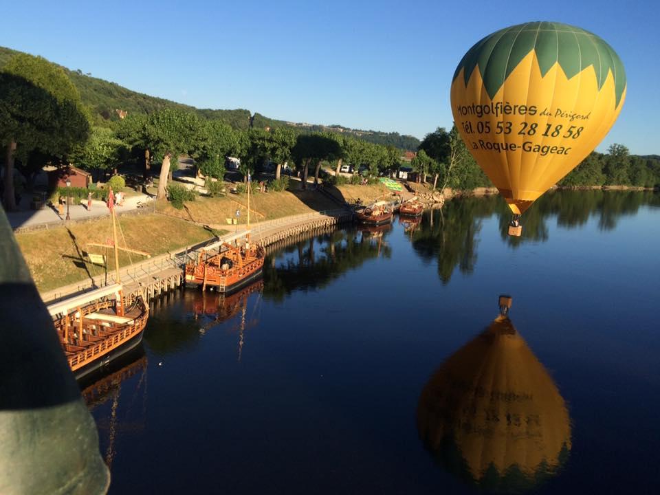 Photo représentant une montgolfière et son reflet sur la rivière Dordogne à La Roque-Gageac devant les Gabarres Norbert