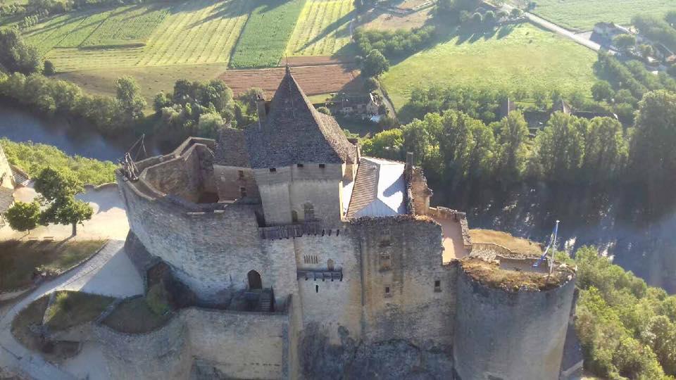 Photo d'une vue aérienne du Chateau de Castelnaud-la-Chapelle prise d'une montgolfière