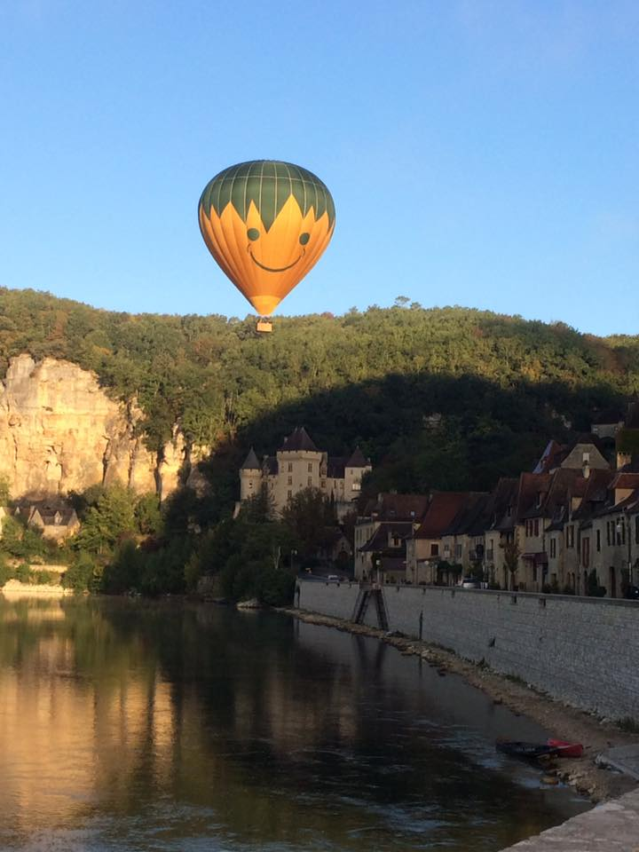 Photo représentant une Montgolfière survolant la Dordogne à La Roque Gageac