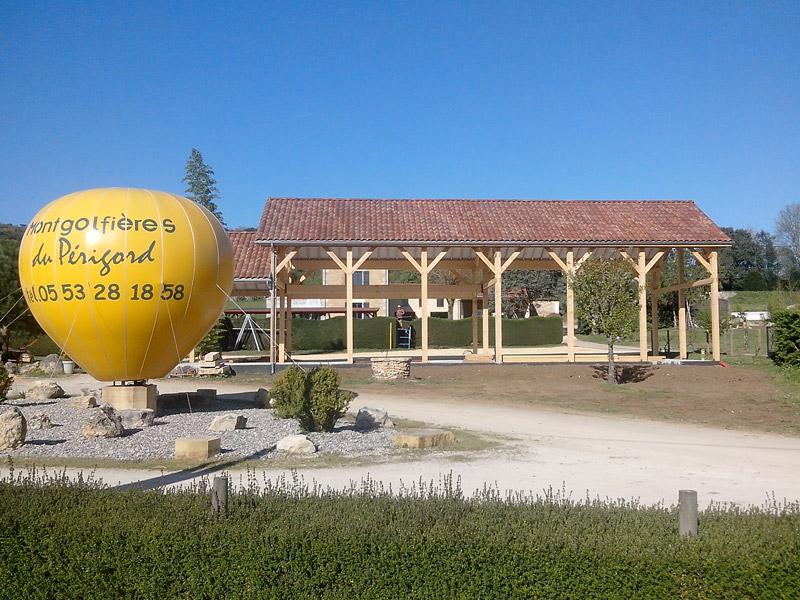 Le bâtiment d'accueil des Montgolfières du Périgord en construction - Début avril 2014