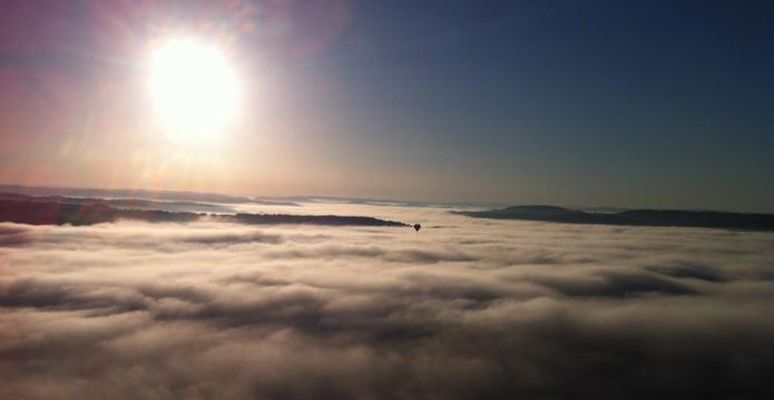 Photo de montgolfière au dessus des nuages