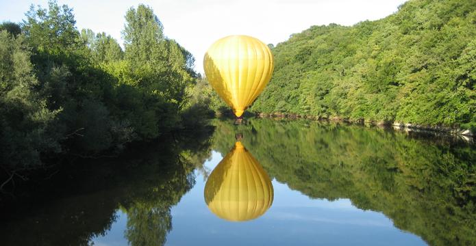 Photo de montgolfière au dessus de la rivière