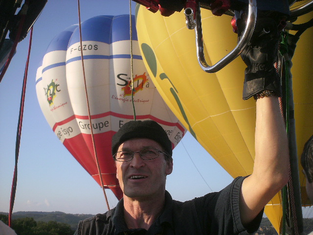 Photo de Franz pilotant une montgolfière