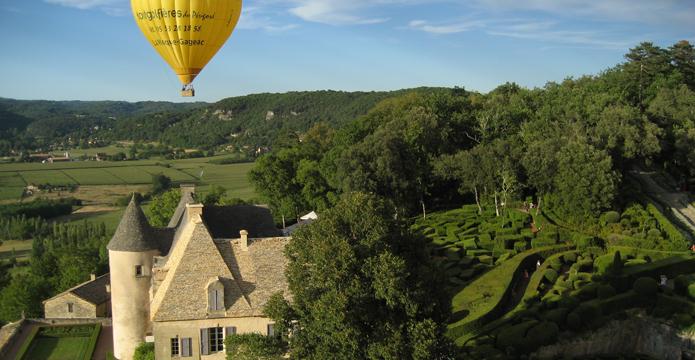 Photo de montgolfière au dessus du château de Marqueyssac