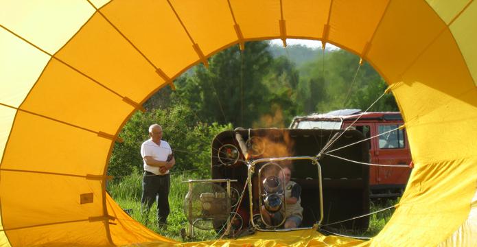 Photo de gonflage d'une montgolfière