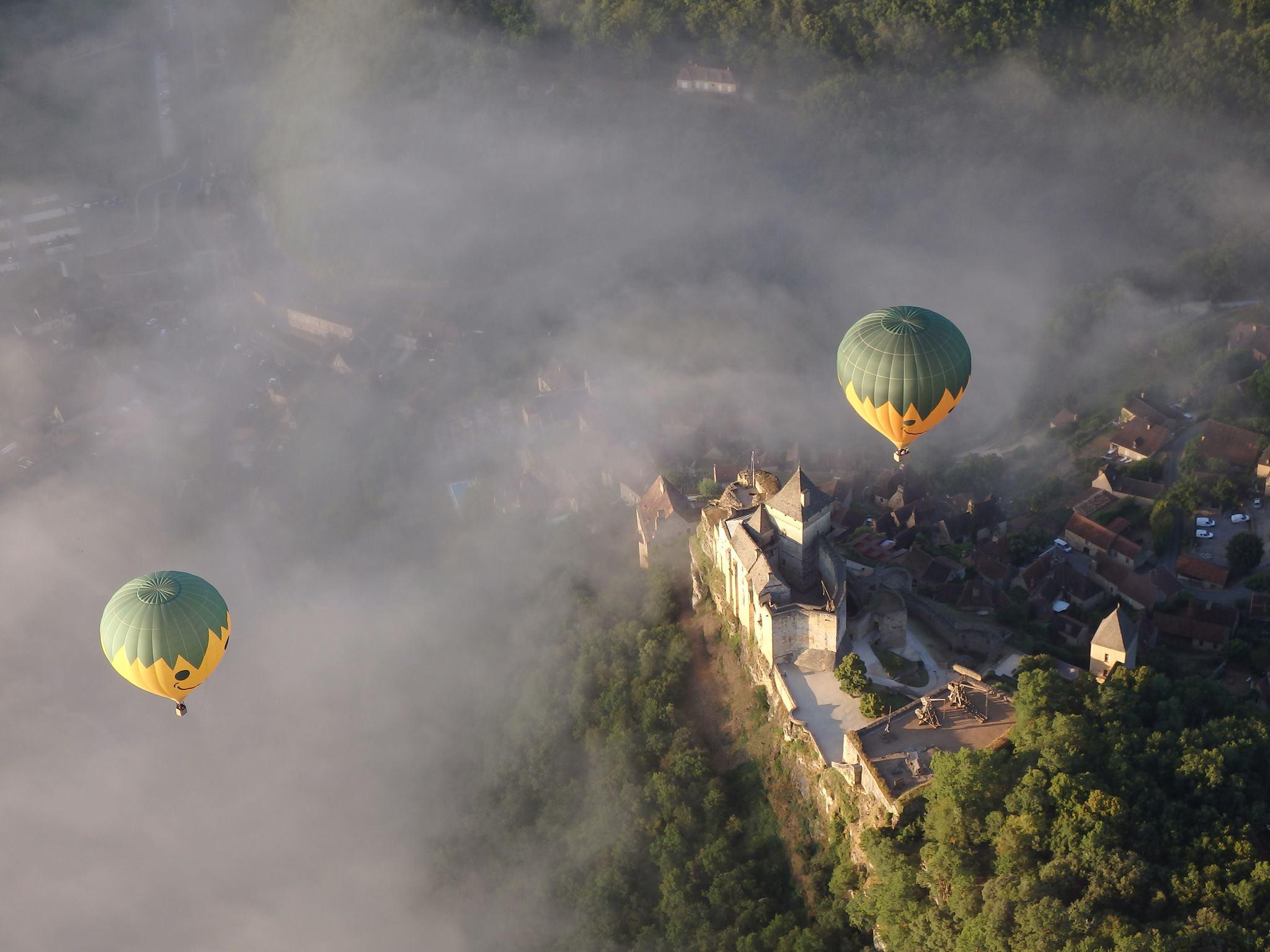 Photo de montgolfières en Dordogne vues du ciel, aux jardins de Marqueyssac